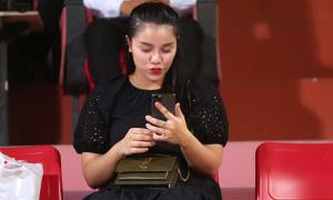 Vợ Bùi Tiến Dũng 'buôn' điện thoại với con gái