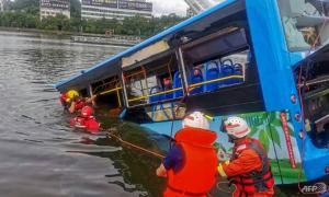 Tài xế 'buồn đời' lao xe xuống hồ khiến 21 người chết