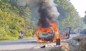 Ôtô cháy rụi trên đường