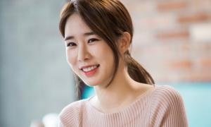 Tạo kiểu tóc buộc thấp sang chảnh như quý cô Hàn