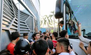Xe buýt chở Công Phượng, Bùi Tiến Dũng bị CĐV vây