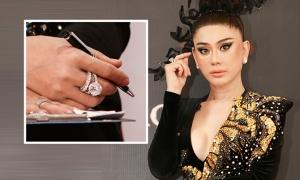 Lâm Khánh Chi đeo trang sức kim cương đi event