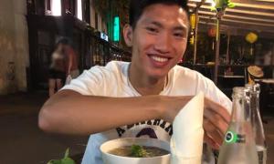 Văn Hậu ăn phở ở Paris trước khi về Việt Nam