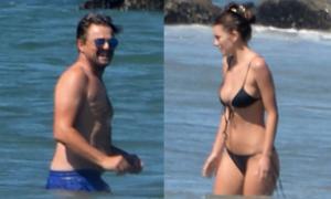 Leo DiCaprio tắm biển với bồ trẻ