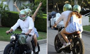 Ben Affleck chở bạn gái trên môtô mới