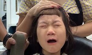 Bé khóc lóc vì tưởng bố cắt tóc xấu 'thảm họa'