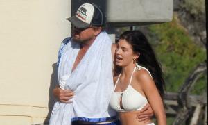 Leonardo DiCaprio ôm eo bạn gái dạo biển