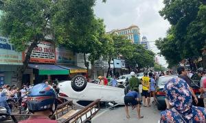 Ôtô lật ngửa trên phố sau cú tông liên hoàn