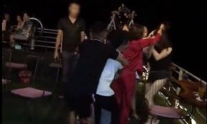 Người phụ nữ bị lột đồ đánh ghen đã có hai con