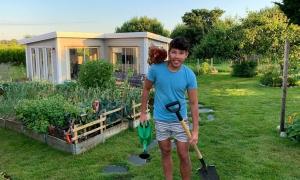 Chàng trai 23 tuổi nuôi gà, trồng rau