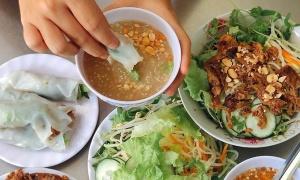 Khó cưỡng khi ăn bánh ướt thịt nướng ở Huế