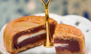 Đại sứ Mỹ làm bánh Trung thu với phô mai và việt quất
