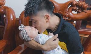Văn Đức 'cầu cứu' vợ bế con