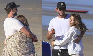Liam Hemsworth ôm siết bạn gái trên bãi biển