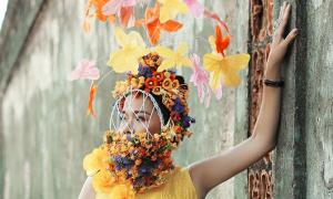 Mỹ Lệ đeo khẩu trang hoa đi xem thời trang