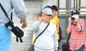 Thầy Park diện túi hình thú khi bách bộ