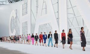 Sàn diễn Chanel Xuân hè 2021 bị chê đơn điệu