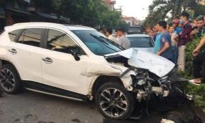 Ôtô đâm dải phân cách sau tai nạn liên hoàn