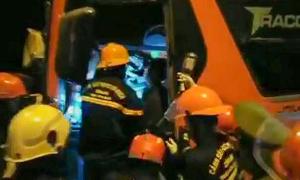 Xe khách dính chặt xe container