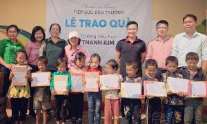 Sách giáo khoa, xe đạp đến với học sinh Lào Cai