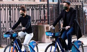 Katie Holmes đạp xe dạo phố với bồ trẻ