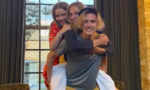 Cậu hai nhà Becks cõng cả người yêu và em gái