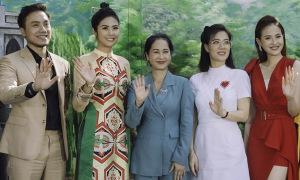 Ngọc Hân chấm thi cùng 'mẹ chồng' Lan Hương