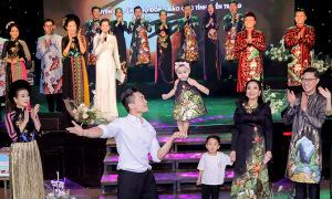Quốc Cơ cùng con gái 8 tháng diễn xiếc ủng hộ miền Trung