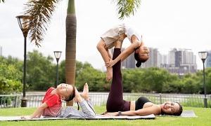 Ảnh sao 28/10: Ốc Thanh Vân tập yoga với các con