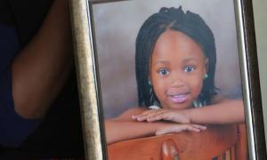 Bé 6 tuổi bị hiếp rồi giết khi đi mua kẹo