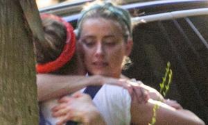 Amber Heard hạnh phúc rơi lệ khi Johnny Depp thua kiện