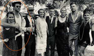 Liam Hemsworth ôm chặt bạn gái khi chụp ảnh cùng gia đình