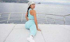 Bạn gái C. Ronaldo tập yoga trên du thuyền