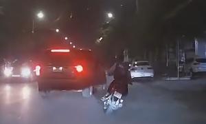 'Đánh võng' tốc độ cao, nam sinh bị ôtô hất lên hè