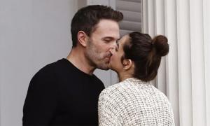 Ben Affleck không ngừng hôn bạn gái