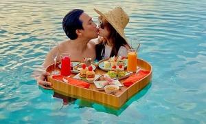 Ảnh sao 24/11: Trấn Thành - Hari Won hôn nhau dưới bể bơi