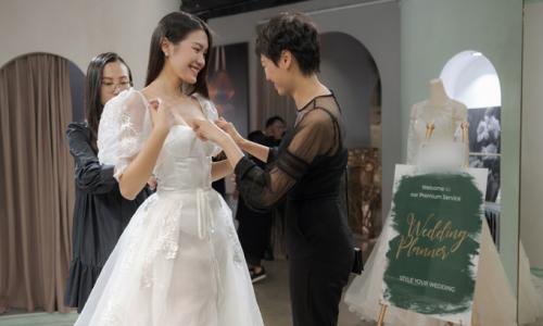 'Bạn gái tin đồn' của Đoàn Văn Hậu thử váy cưới