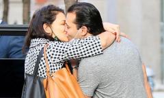 Katie Holmes hôn tạm biệt bồ trẻ
