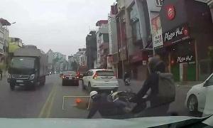 Ôtô quay đầu chỗ cấm khiến nhiều xe máy ngã liên hoàn