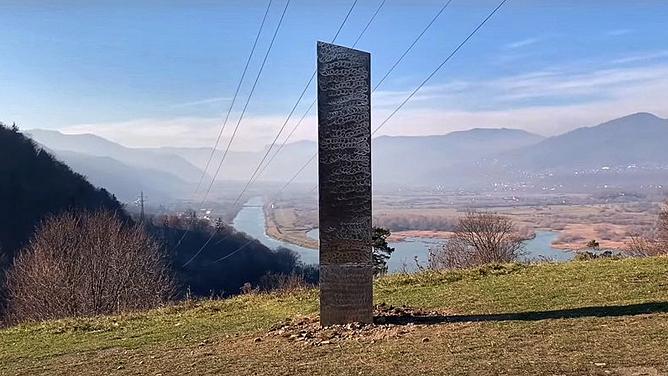 Cột kim loại bí ẩn ở Romania lại biến mất