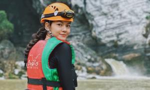 Phạm Quỳnh Anh 'bỏ trốn' vào hang Tú Làn khi vừa ra MV