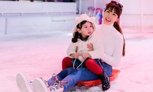 Con gái Hà Anh đi trượt tuyết