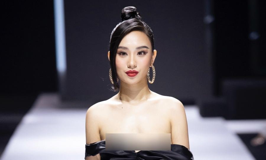 Hoa hậu Hương Trà lộ ngực trên sàn catwalk