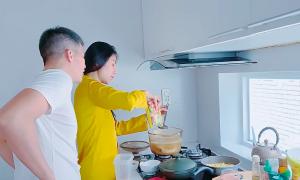 Thuỷ Tiên nấu canh 'giải bực' cho Công Vinh