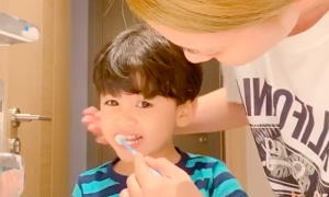 Ngọc Lan dạy con trai đánh răng