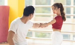 Katleen trổ tài đánh võ và khiêu vũ trên phim