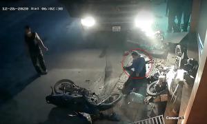 Người phụ nữ thoát chết khi bị xe tải nổ lốp tông trúng