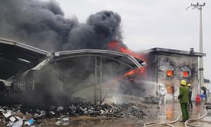 Hàng nghìn công nhân chạy khỏi đám cháy ở công ty giày da