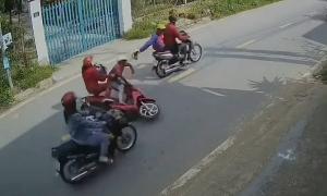 Cướp giật túi khiến hai phụ nữ trượt dài trên đường