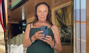Nữ thiết kế 74 tuổi selfie với đồ bơi